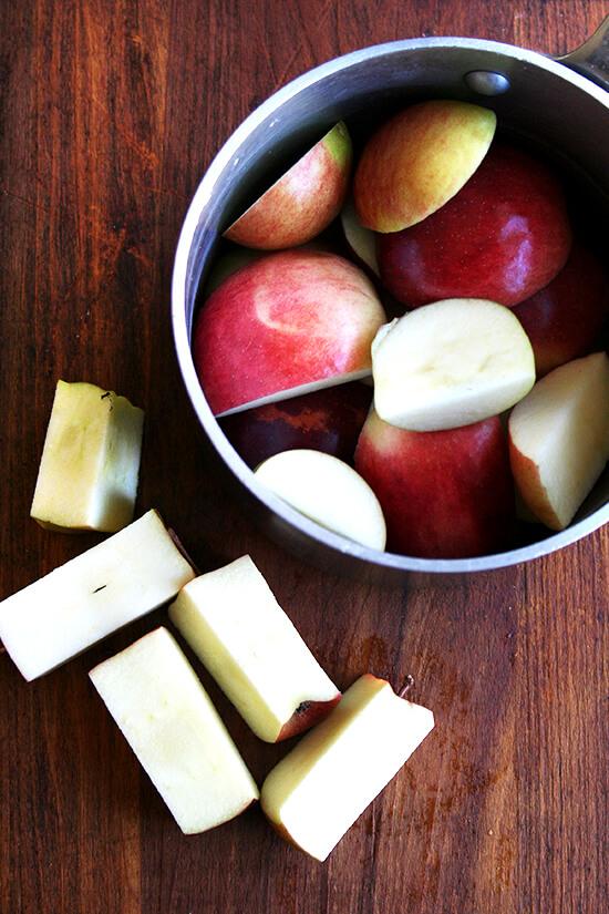 apples in pot